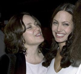 2001年のアンジーと母親の画像.png