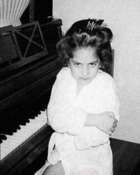 レディ―ガガの子供の頃の画像.png